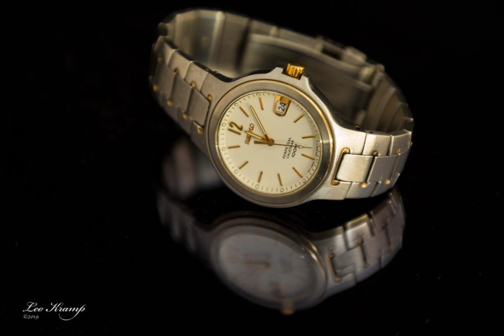 Horloge op zwart plexiglas