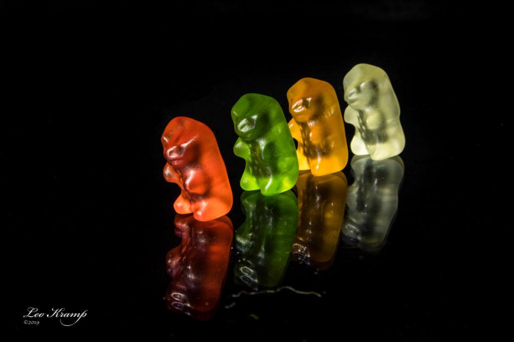 Gummi beren op zwart plexiglas