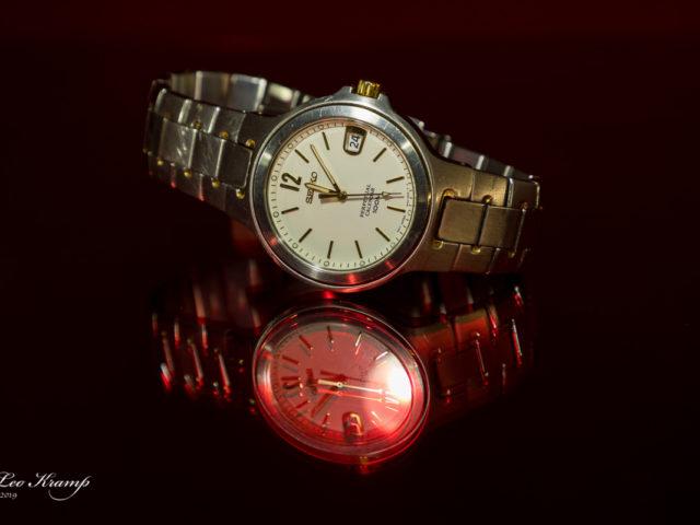 Horloge op rood plexiglas