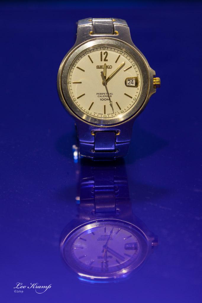 Horloge op blauw plexiglas plexiglas